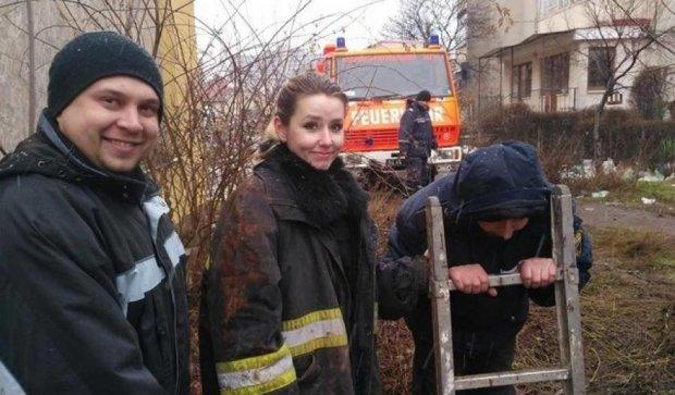 Волонтеры показали, как вытащили собаку из смертельной ловушки