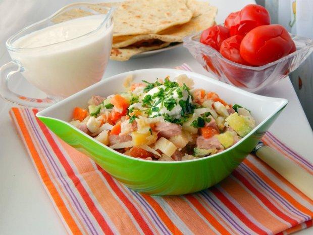 Сытный мясной салат с сухариками: рецепт на все случаи жизни