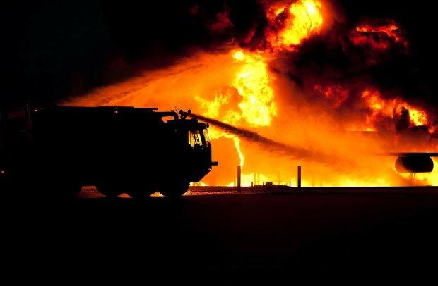 """В Москве пламя охватило """"гнездо"""" олигархов: спасатели третьи сутки не могут справиться с огнем"""