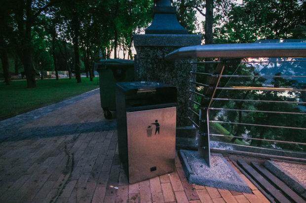 """Печально известный мост Кличко превратился в свалку: """"рекорд"""" мэра утонул в бутылках и пластике, фото"""