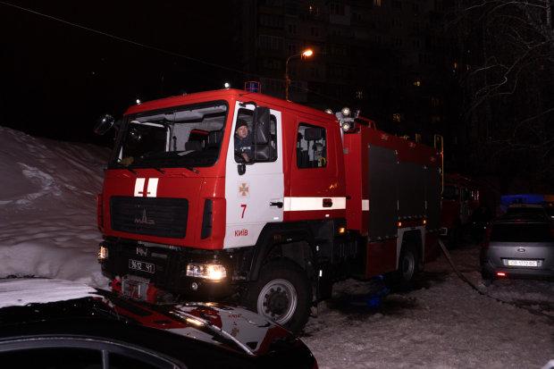 Алкоголіки спалили багатоповерхівку в Києві: сусідів рятували через вікна