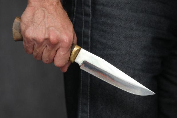 В центре города неадекват с ножом бросился в толпу: пострадал ребенок