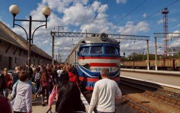 В поезде дала толпе ебется молодежи