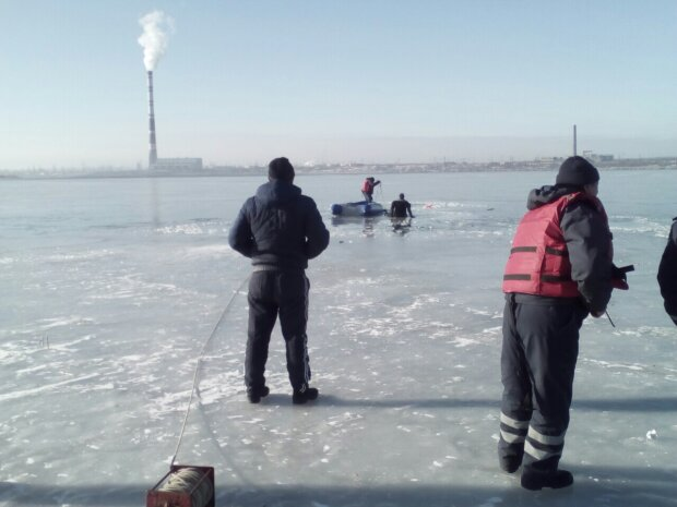 В Харькове пенсионерка ушла под лед, рыбаки забросили удочки - видео экстрима