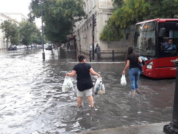 Стихія не пощадила нікого: у Києві сильна злива затопила вулиці, люди не можуть пересуватися