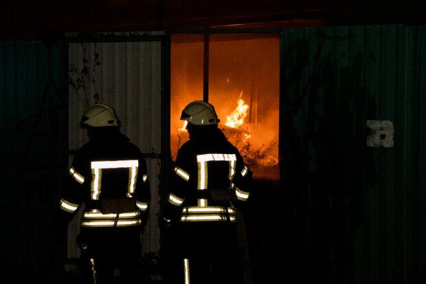 Страшна пожежа осяяла нічний Київ: на Поштовій площі горів причал, що відомо