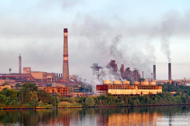"""Над Сєвєродонецьком нависла """"хімічна хмара"""": завод плюється отруйними викидами, перші деталі НП"""
