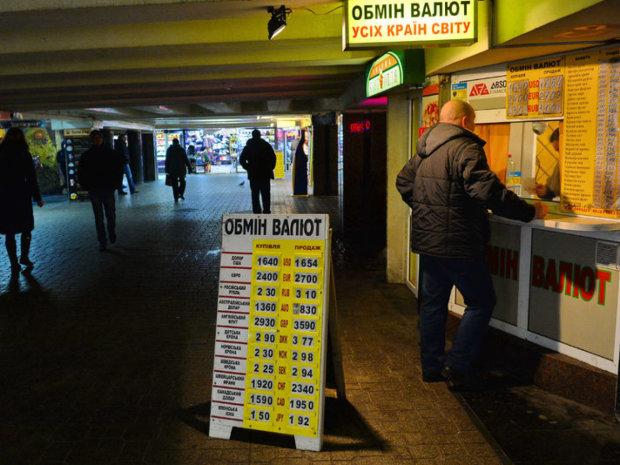 Курс валют на 28 січня: долар відіграється на гривні
