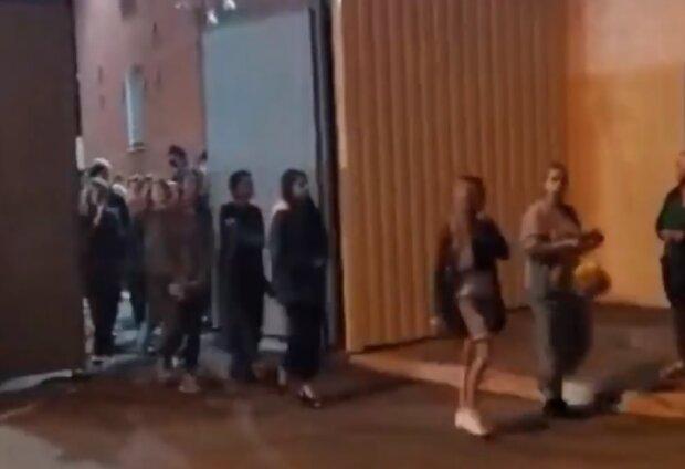 Возле СИЗО в Беларуси, скриншот видео