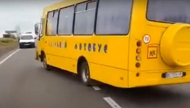 """Маленьких тернополян відправляють до школи через болото, батьки лютують: """"Де автобус?"""""""