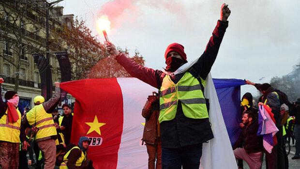 """В Париже """"бессмертные"""" желтые жилеты гоняли коронавирус дымовыми шашками"""