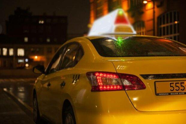 """Молоденька телезірка вилетіла з таксі, після того, як """"звільнилася"""" від трусиків"""
