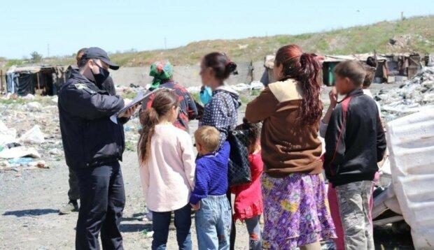 Заробитчане из Мукачево поселились на свалке ради мизерных копеек - сортировали мусор и жили с детьми в халабудах