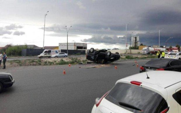 Об'їжджав пішохода: смерть водія в Києві потрапила на камеру