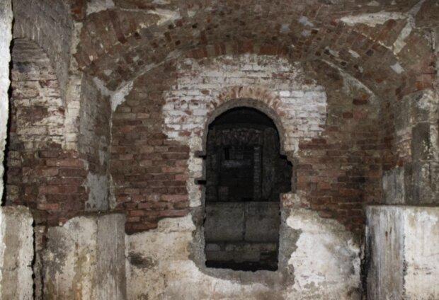 Подземелье ратуши Ивано-Франковска, фото ВЕЖА: Версии