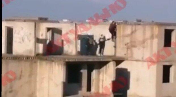 В Запорожье малолетки вскарабкались на крышу и устроили игры со смертью - очевидцы молились, а им все равно