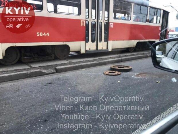 "Киевский трамвай разулся на ходу: ""Заразился от маршруток"""