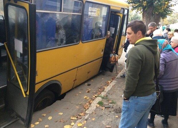 На Одещині переповнена маршрутка провалилася крізь землю, і сором тут ні до чого: подробиці дорожнього трешу