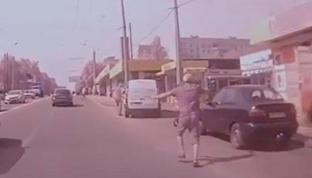 Украинец вытащил коляску с ребенком из-под мчащейся машины - роковой момент попал на камеру
