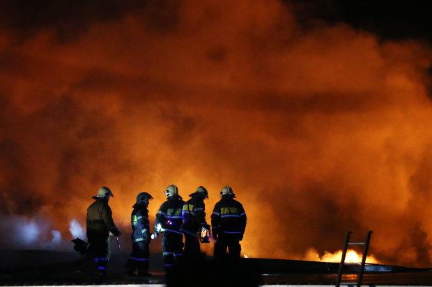 Валить чорний густий дим, все ось-ось вибухне: нафтопереробний завод під Москвою палає у вогні, відео