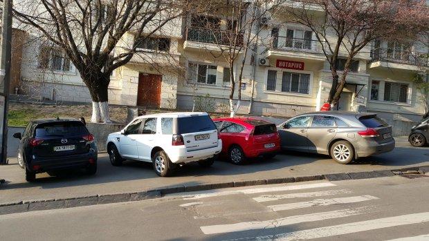 Розлючені кияни знесли машину чергового героя парковки: відео