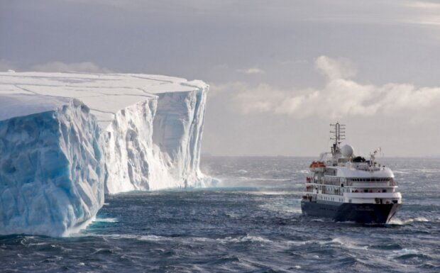 """Такой снес бы и """"Титаник"""": в Антарктиде откололся огромный кусок айсберга, 315 миллиардов тонн плавучей опасности"""