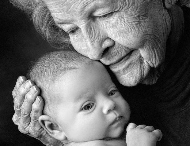 65-летняя женщина стала самой пожилой матерью в мире, 80-летний отец вне себя от счастья