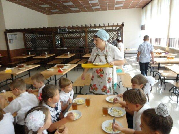 Тухлые яйца на обед: киевлянам показали, чем кормят их детей в школах, - скандал на всю Украину