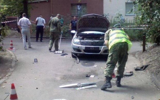 Потужний вибух знищив одразу дві автівки однієї київської родини
