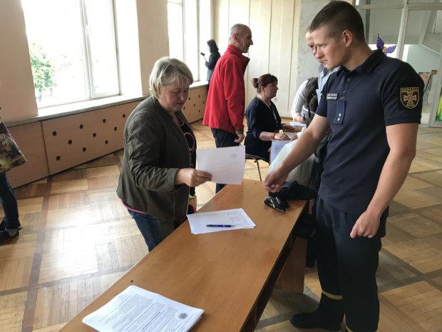 Львовянам предлагают голосовать без паспорта: кума все порешает
