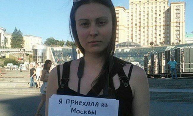 Дівчина з Москви шукає бандерівців на Майдані - фото дня
