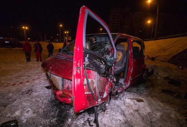 В Киеве микроавтобус снес отбойник и сорвался с высоты: кадры жуткой аварии