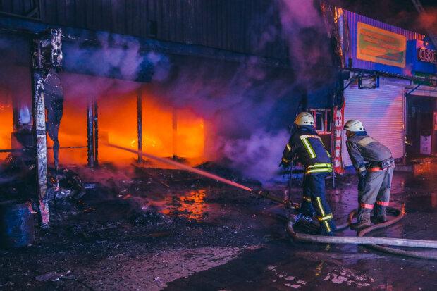 """Київ у диму: горить ринок """"Юність"""", рятувальники збилися з ніг, - кадри з вогню"""