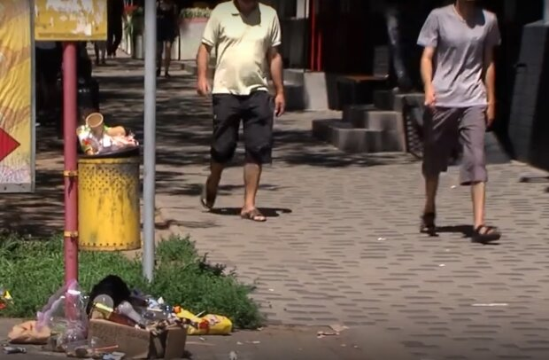 На улицах Черновцов назревает мусорный Армагедон - горы мусора и вонь