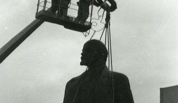 В Івано-Франківську знесли Леніна, фото: Курс