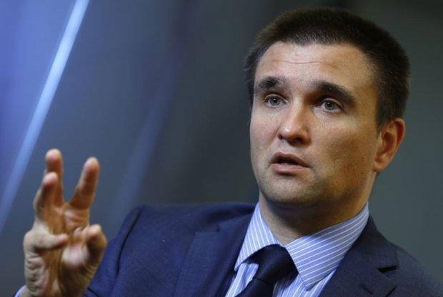 Сестра Сенцова оббивает пороги миграционной службы, Климкин призывает прекратить издевательства: что происходит