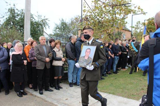 """На Львовщине похоронили молоденького курсанта, погибшего под Чугуевым: """"Твой полет будет длиться вечно"""""""