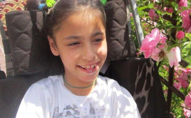 Пожежа позбавила дівчинку з ДЦП найціннішого - без будинку і крісла для реабілітації