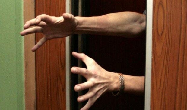Киевлянка сломала в лифте руку и обе ноги