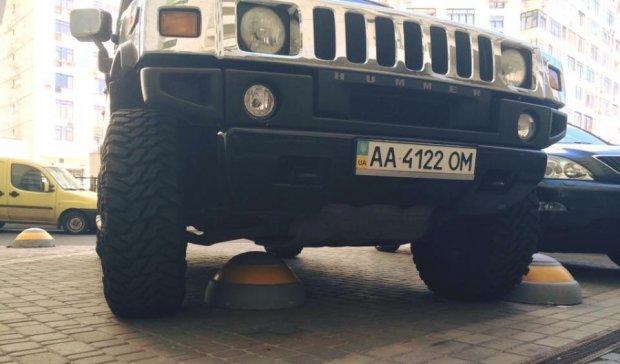 """Столичний автохам на Hummer """"переміг"""" бетонну півсферу (ФОТО)"""