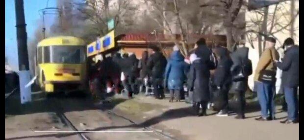 Очередь на трамвай, фото: Курс Одесса