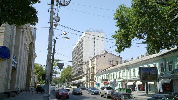 В Одессе пьяный врач набросился на молодого парня с ножом: клятва Гиппократа не помешала, видео треша