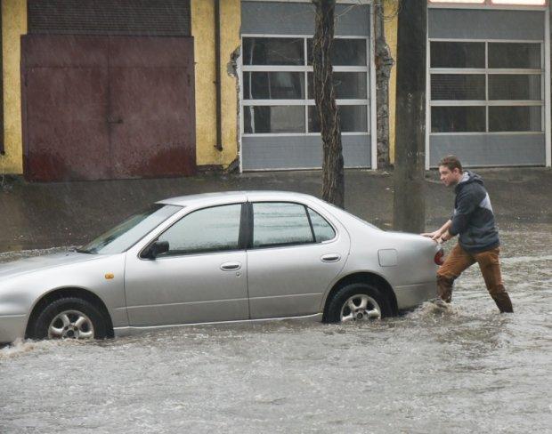 На Одесу обрушилася потужна злива з градом, вулиці пішли під воду: кадри Апокаліпсису