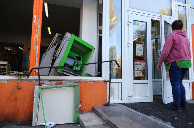 Банкомат взлетел на воздух, город подсчитывает убытки: в ПриватБанке объявили о крупном вознаграждении