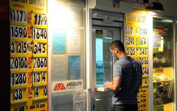Курс валют на 28 липня: долар і євро повільно топлять гривню