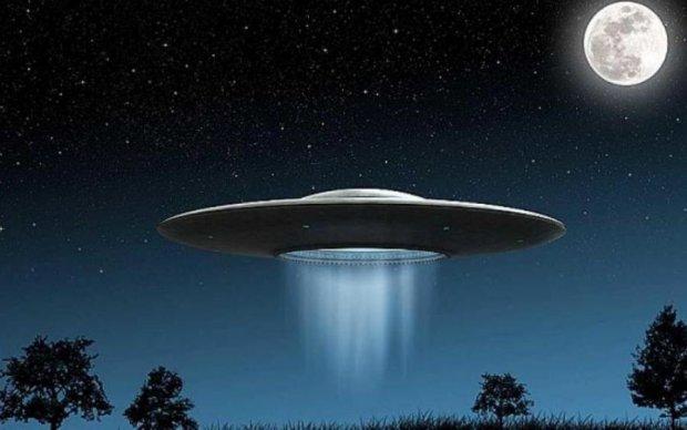 Космическая атака: четыре летающих тарелки держат Штаты в ужасе