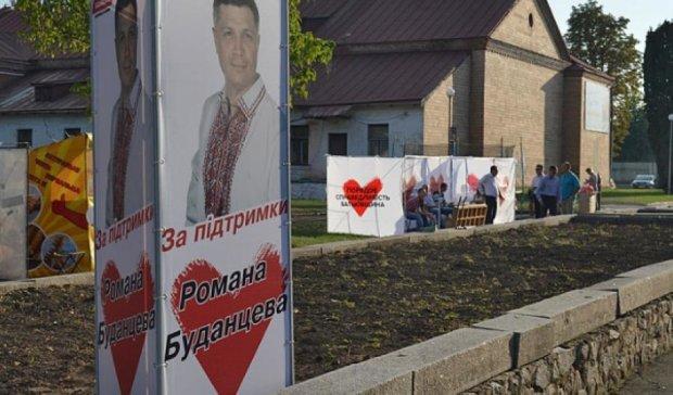У Чорнобаї депутат влаштував святковий концерт із солодощами та подарунками (фото)