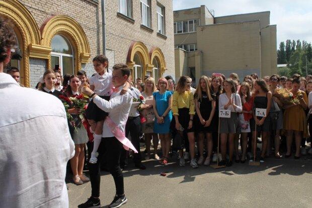 В Запорожье родителей не пустят в школу 1 сентября - ни цветов, ни линейки