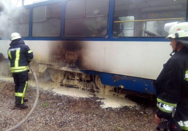 В Одесі на ходу спалахнув трамвай, чорний дим огорнув місто: відео жахнуло мережу