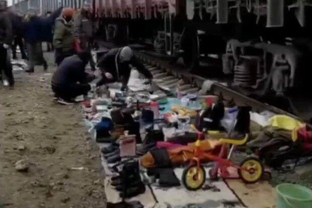 """Київські торговці влаштували базар просто на рейках, в мережі регочуть - """"Прямо як в Індії!"""""""